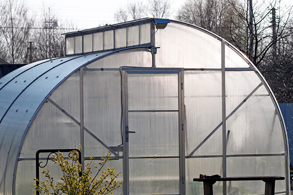 Polycarbonate greenhouse with sawtooth roof